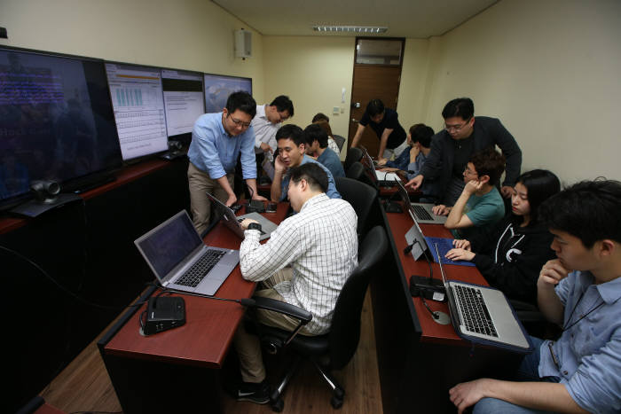 KAIST 정보보호대학원 교수 및 학생들이 가상의 사이버전 상황을 연구하는 모습.