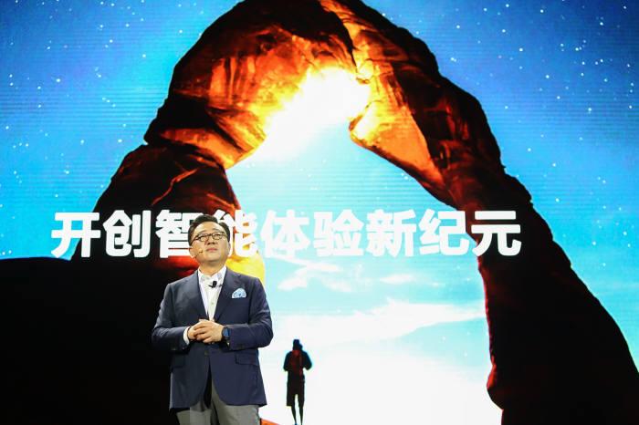 고동진 삼성전자 무선사업부 사장이 중국에서 갤럭시S8·갤럭시S8 플러스를 소개하고 있다.