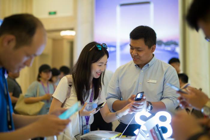 중국 소비자가 갤럭시S8·갤럭시S8 플러스를 체험하고 있다.