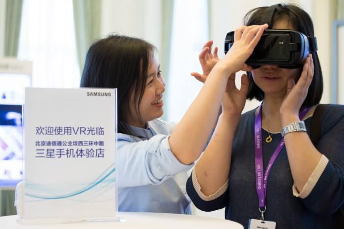 중국 소비자가 기어VR을 체험하고 있다.