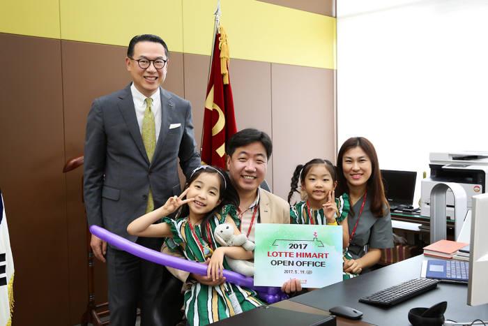 이동우 롯데하이마트 대표(맨 왼쪽)가 임직원 가족과 기념 촬영했다.