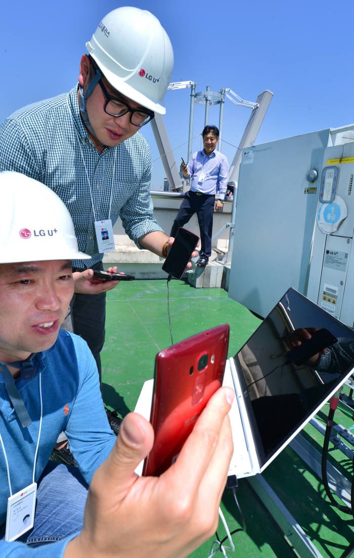 LG유플러스가 서울 인구 밀집 지역에서 2밴드 4×4 MIMO 기술을 이용한 900