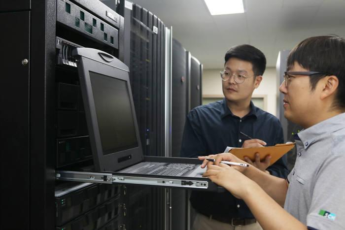 순천향대천안병원 전산팀 직원들이 전산실 서버를 관리하고 있다.