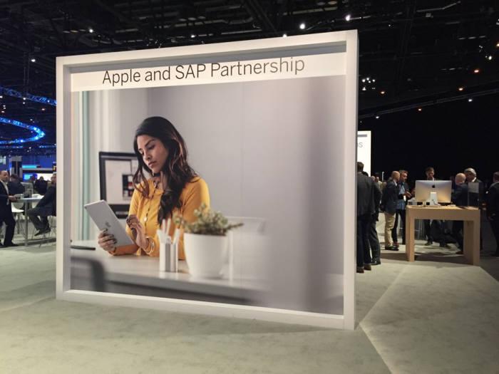 애플과 SAP 파트너십을 소개하는 벽면