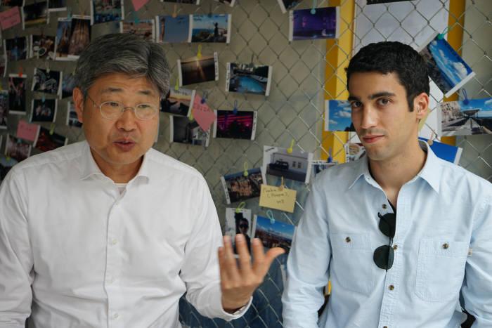 이홍선 삼보컴퓨터 대표(왼쪽)와 주크 아브라함 짐페리움 대표가 모바일 해킹 위협에 대해 설명하고 있다. 조만간 짐페리움 국내법인을 설립하고 본격적인 보안 사업을 추진할 계획이다.