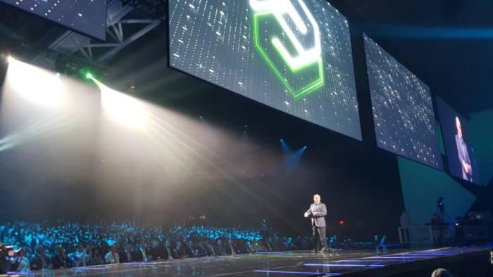 짐 헤플만 PTC 회장겸 CEO가 PTC 라이브웍스 2017 기조강연을 위해 무대위로 올라왔다.