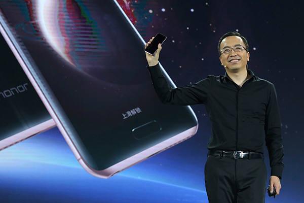 화웨이가 AI기능이 들어간 스마트폰을 처음으로 발표했다.