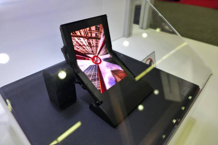 대만 AUO가 SID 2017에 전시한 5인치 폴더블 OLED 패널. (사진=전자신문DB)