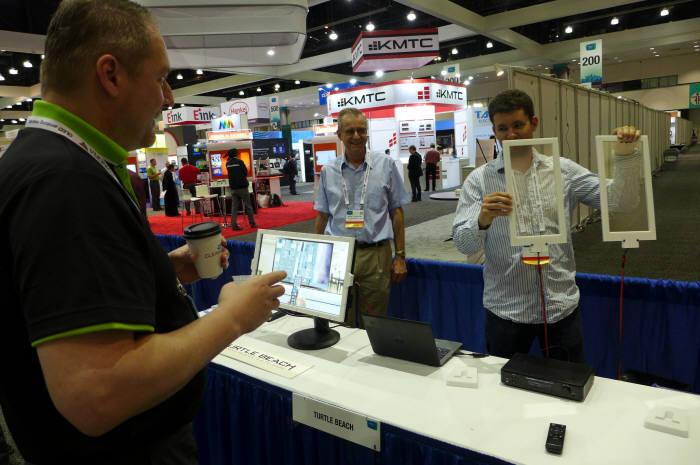 SID 2017 아이존에 참여한 터틀비치는 사람 위치를 스스로 인식해 모니터에서 소리 방향이 바뀌는 투명 스피커 시제품 '하이퍼사운드 글라스'를 세계 처음 선보였다. (사진=전자신문DB)