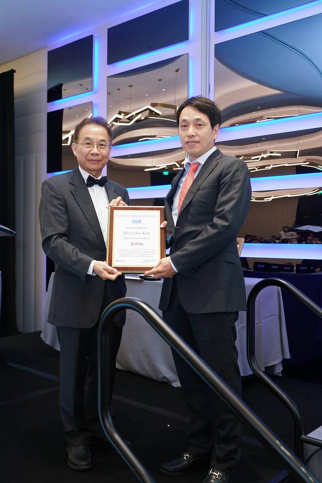 김현재 연세대 교수(오른쪽)가 SID 2017에서 올해 석학회원(Fellow)으로 선정됐다. 지난 22일(현지시간) 열린 시상식에서 수상하는 모습. (사진=SID)
