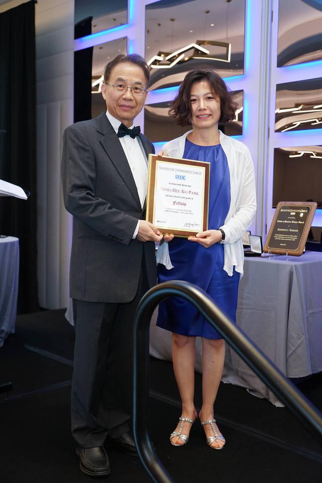 박상희 KAIST 교수(오른쪽)가 SID 2017에서 올해 석학회원(Fellow)으로 선정됐다. 지난 22일(현지시간) 열린 시상식에서 수상하는 모습. (사진=SID)