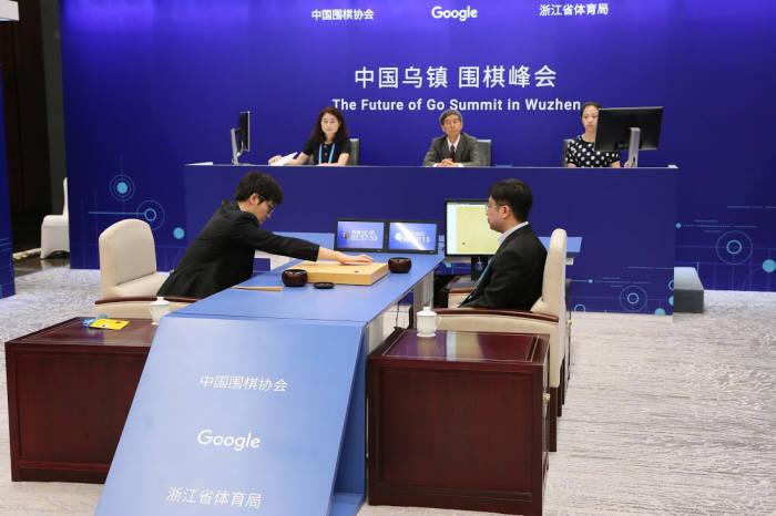 알파고와 커제 9단이 23일 중국 저장성 우전에서 열린 바둑의 미래 서밋에서 대국을 벌이고 있다.