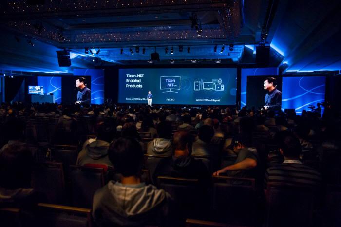 16일(현지시간) 미국 샌프란시스코 힐튼 유니온 스퀘어 호텔에서 개최된 '타이젠 개발자 콘퍼런스 2017'.이효건 삼성전자 영상디스플레이사업부 부사장이 개발자들 앞에서 타이젠 비전을 발표했다.