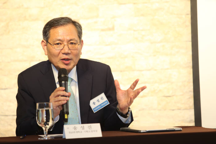 송성진 성균관대 기획조정처장(기계공학부 교수)이 한국공학한림원 NAEK포럼에서 '대학개혁, 우리 생각의 틀부터 깨자'를 주제로 발표하고 있다.