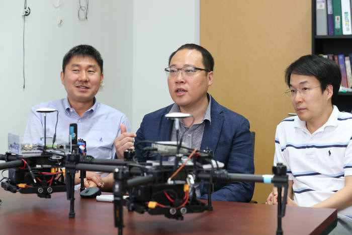 AI 융합 드론 기술을 연구하는 박경수, 이융, 한동수 KAIST 전기 및 전자공학부 교수(왼쪽부터).