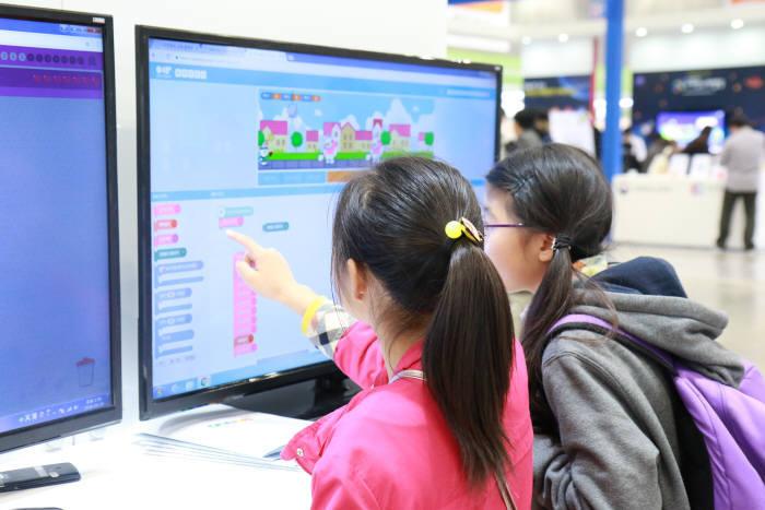 지난해 열린 소프트웨어교육페스티벌 행사장에서 학생들이 엔트리프로그램을 보고있다. 엔트리교육연구소 제공