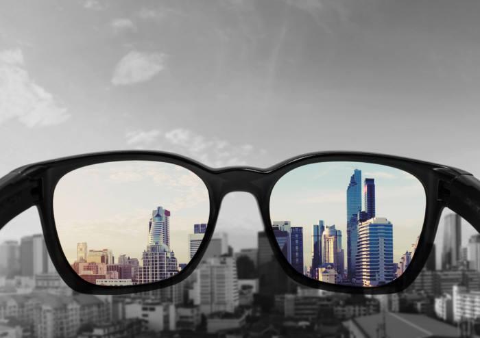 색맹안경은 색채를 정확히 인지할 수 있게 해준다. 물론 색맹인 사람 모두가 사진처럼 흑백으로 세상을 보는 것은 아니다. (출처: Shutterstock)