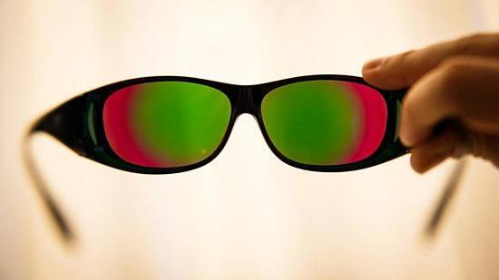 엔크로마의 색보정 안경. 적록색맹에게 효과가 좋지만 실내에서 사용하기는 어렵다. (출처: Cnet)