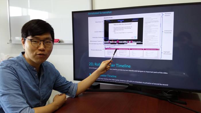 김주호 KAIST 전산학부 교수가 시청자 집단의 영상콘텐츠 활용 정보를 이용한 '집단지성 기반 맞춤형 AI 영상 플레이어 기술'을 시연하고 있다.