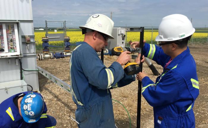 캐나다 앨버타 지역에서 운영하는 유가스전 현장에서 포스코ICT 근무자들이 자원 개발에 필요한 설비들을 살펴봤다.