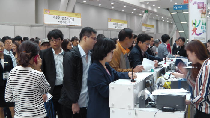 김대중컨벤션센터에서 열린 2015국제광산업전시회 모습. 올해는 액스포앤유가 개최하는 '국제 LED&OLED EXPO'와 연계해 27일부터 29일까지 3일간 일산 킨텍스에서 '국제광융합엑스포'라는 이름으로 열린다.
