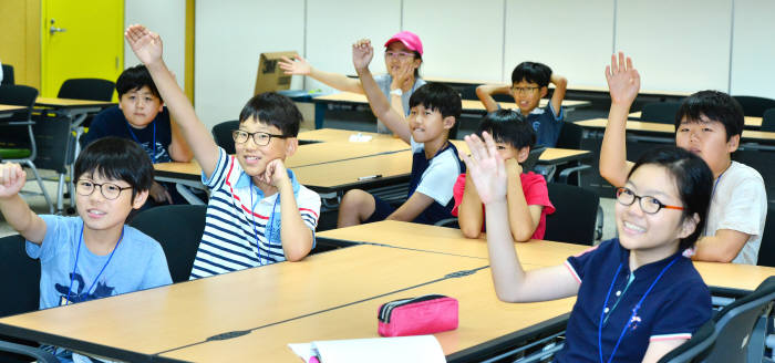 지난해 7월 전자신문이 주최한 '제1회 전자신문 드림업 소프트웨어교육'에 참여한 학생들이 각자 의견을 자유롭게 발표하는 수업에 참여하고 있다. 윤성혁기자 shyoon@etnews.com