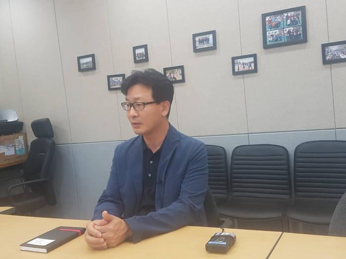 15일 오전 서울 금천구 인터넷나야나 사무실에서 진행된 인터뷰에서 황칠홍 인터넷나야나 대표가 랜섬웨어 감염과 해커와 거래에 대해 얘기하고 있다.