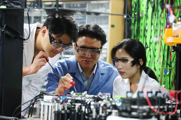 김필한 KAIST 나노과학기술대학원 교수(가운데)가 레이저 영상 기술 장치를 살펴보고 있다.