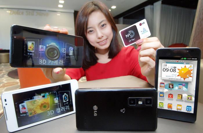 3D 카메라를 장착한 LG전자 스마트폰 '옵티머스 3D'