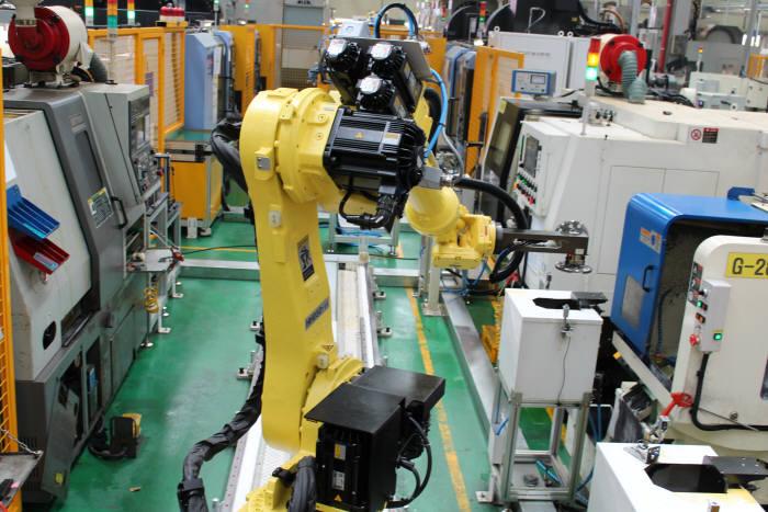 화신정공이 한국로봇산업진흥원의 로봇활용 중소제조 공정혁신 지원사업의 지원으로 최근 자동화 로봇을 도입했다. 사진은 화신정공이 도입한 자동화 로봇.