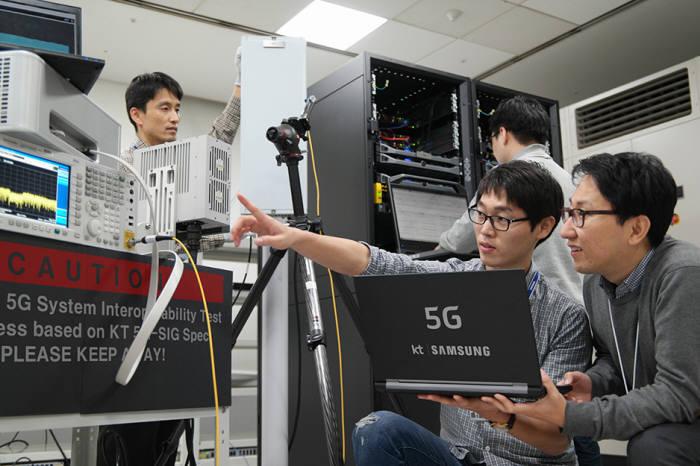 이통사와 함께 삼성전자가 5G 시장 공략을 본격화 하고 있다. 사진은 삼성전자와 KT가 5G 기술 개발을 위해 협력하는 장면. 사진=KT 제공