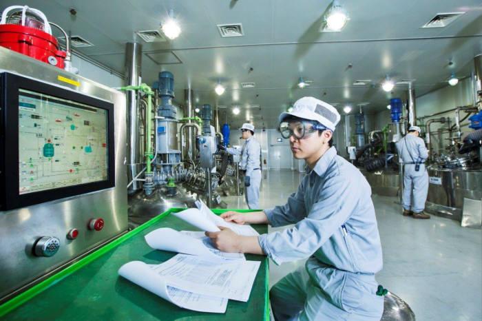 SK바이오텍 직원이 의약품 생산 설비를 점검하고 있다.(SK바이오텍 제공)