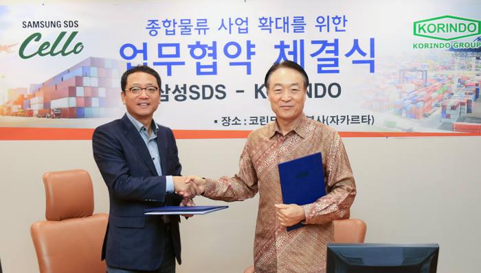 김형태 삼성SDS SL사업부장(왼쪽)과 박인철 인도네시아 코린도그룹 부회장이 인도네시아 통합물류 전략적 협약을 체결하고 악수하고 있다.