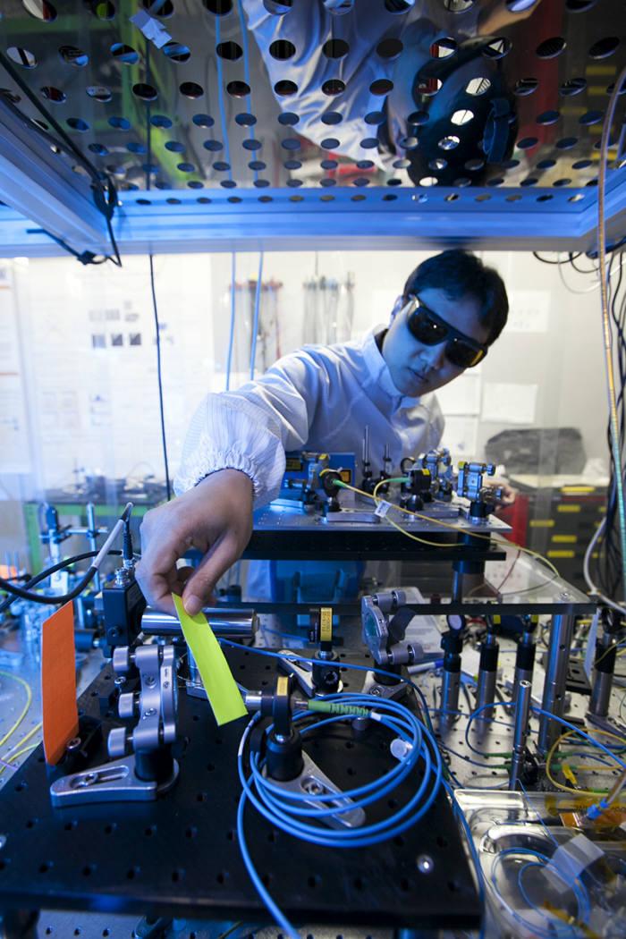 SK텔레콤이 양자암호 전용 중계 장치를 개발하고 분당에서 용인, 수원까지 왕복 112km 구간 실험망에서 양자암호키를 전송하는 데 성공했다. 사진은 양자암호통신 실험망이 구축되어 있는 SK텔레콤 분당 사옥에서 연구원이 양자암호통신 관련 장비를 테스트하는 모습.