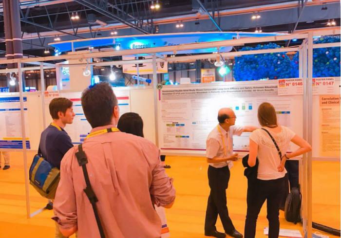 서창희 아주대병원 류마티스 내과 교수가 스페인 마드리드에서 열린 유럽류마티스학회에서 트룩시마와 오리지널의약품 간 효능 및 안전성 비교를 위한 48주 장기 임상 결과를 설명하고 있다.