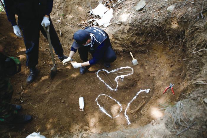 유해발굴단이 전사자의 유해를 식별하고 있다. 유해 식별은 뼈가 굵고 클수록 좋으며, 뼈 안에 단백질이 많이 남아 있을수록 식별 확률이 높다. (출처: 과학동아)