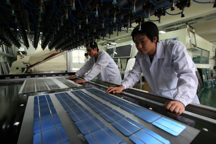 한국에너지기술연구원 연구진이 태양전지를 연구하는 모습. 에너지연은 기존에 개발한 태양전지 기술을 바탕으로 건물 타일, 벽면재로 쓸 수 있는 차세대 전지를 개발한다.