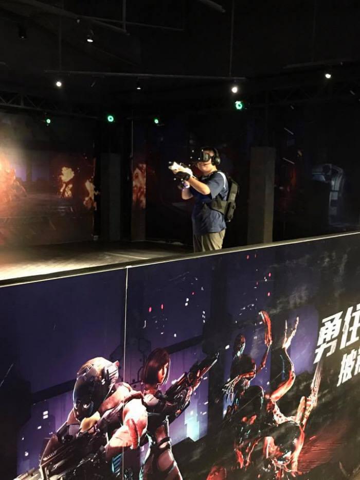 중국 청도 조이폴리스에 VR게임 '모탈블리츠 워킹어트랙션'을 즐기는 관람객. <사진제공=스코넥엔터테인먼트>