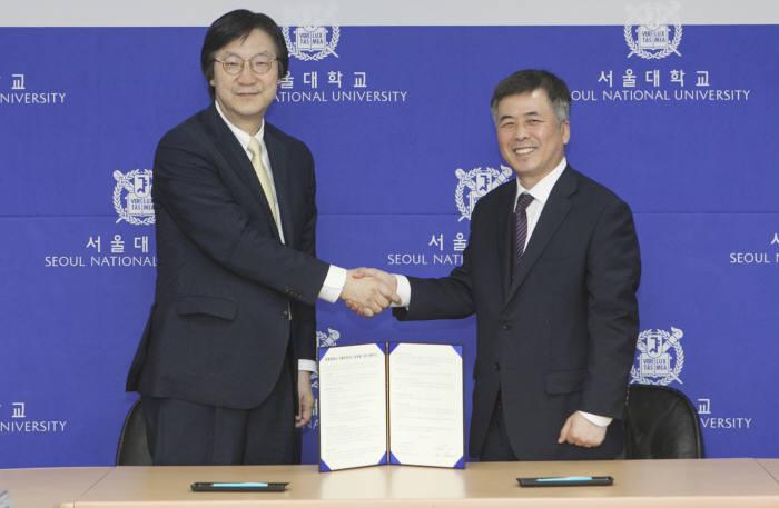 이호수 SK텔레콤 ICT기술총괄(왼쪽)과 김성철 서울대 연구처장이 AI인재 양성을 위한 협약을 체결했다.