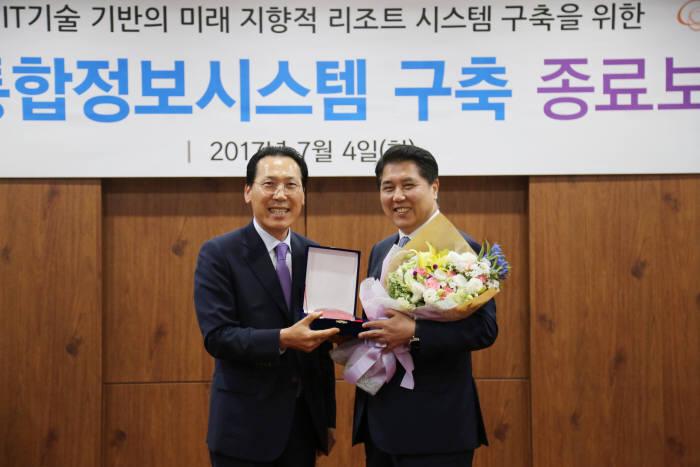 정창주 용평리조트 대표(왼쪽)와 김용욱 한화S&C 대표.