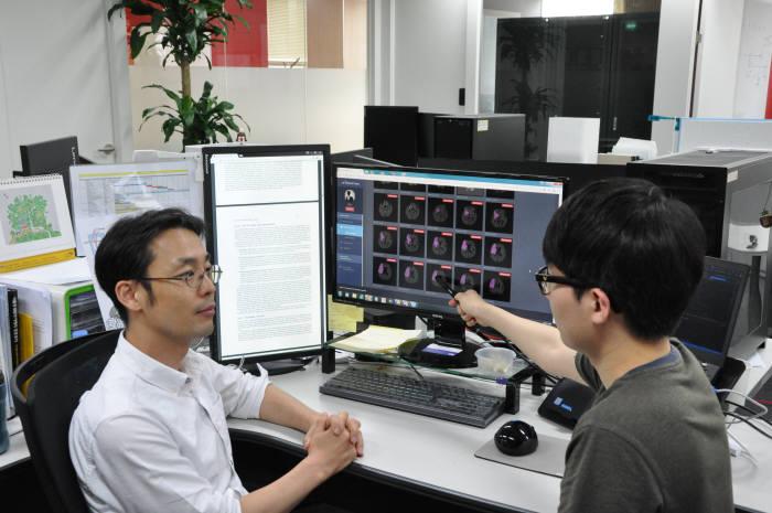 제이엘케이익스펙션은 뇌경색 여부를 감별할 수 있는 인공지능(AI) 기반의 의료기기를 개발했다. 김동민 연구소장(사진 왼쪽)이 직원과 AI 의료영상진단기기를 통해 분석한 환자의 뇌경색 병변 검출 결과에 대해 논의하고 있다.