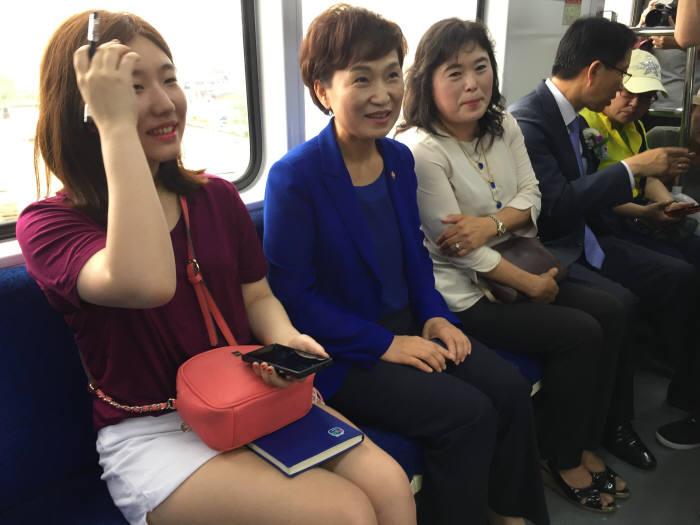 김현미 국토부 장관(왼쪽에서 두번째)가 오이도에서 출발하는 급행열차에 올라 시민들과 대화를 나누고 있다.