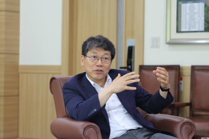 박천홍 한국기계연구원 원장은 메가 트랜드인 4차 산업혁명, 신기후체제에 대응해 연구의 저변을 넓히고, 기계 분야를 선도하는 기관을 만들겠다고 말했다.