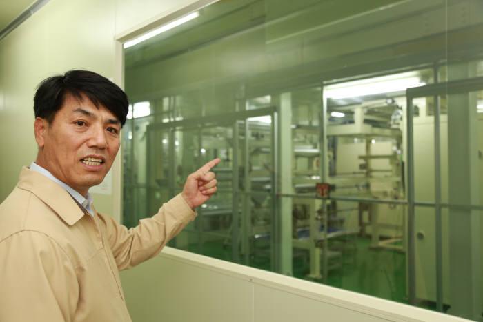 고영석 기능필름생산팀장이 기능필름 생산공정을 설명하고 있다