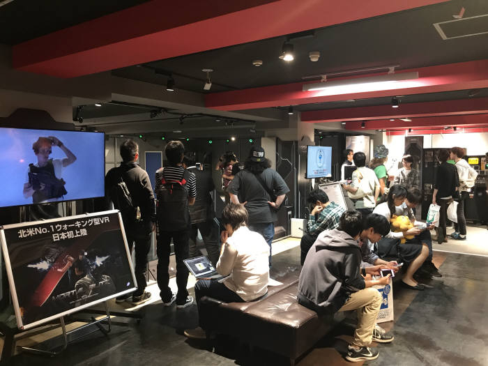 일본 동경에 위치한 세가게임센터에서 모탈블리츠 워킹어트랙션 플레이를 기다리는 사람들.