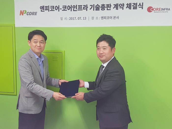 한승철 엔피코어 대표(왼쪽)와 김정훈 코어인프라 대표가 기술총판 계약 후 기념촬영했다.