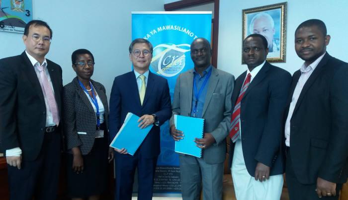 이찬우 더존비즈온 보안사업부문 대표(왼쪽 세 번째)와 탄자니아 통신규제청 관계자 등이 계약을 체결했다.(자료:더존비즈온)