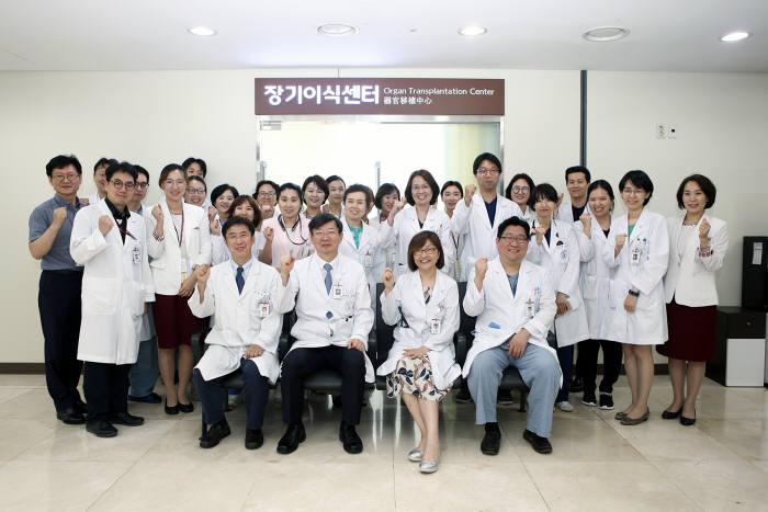 13일 장기이식센터 개소식에서 고대구로병원 관계자가 본관 1층 장기이식센터에서 기념 촬영했다.
