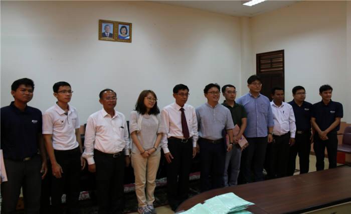 국립캄보디아기술대학(NPIC) 총장과 학교 관계자 및 강사진 (제공=신한대학교)