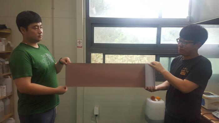 제이에이치씨 직원들이 전도성 접착필름을 보여주고 있다.